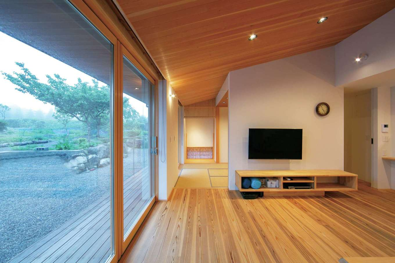 TENアーキテクツ 一級建築士事務所【デザイン住宅、和風、建築家】庭につながる大きな窓から四季折々の豊かさが届く。高性能断熱材、トリプル樹脂サッシ、可変透湿シートが優れた断熱性を発揮