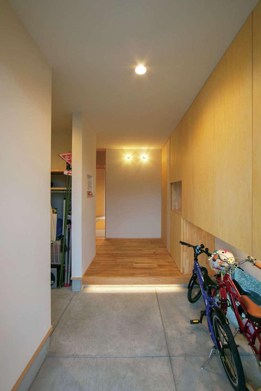 TENアーキテクツ 一級建築士事務所【デザイン住宅、和風、建築家】玄関は豊富な造作収納とキッチンへと続くシューズクロークがスッキリに貢献