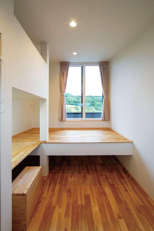 TENアーキテクツ 一級建築士事務所【デザイン住宅、和風、建築家】子ども部屋は左右対称で用意。こもりすぎないよう最低限の広さにした。使用頻度がそれほど高くないロフトをやめ、同じ高さのベッドとデスクを造作してもらい、上部に収納を用意