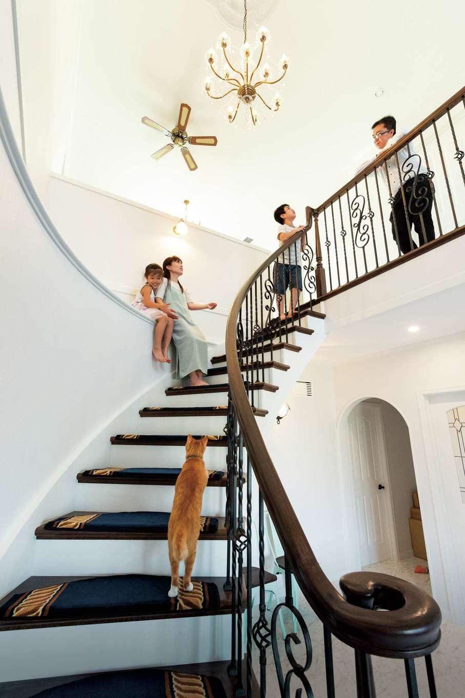 アルルの仲間たち 北条建設【デザイン住宅、輸入住宅、高級住宅】大理石の床から優美に立ち上がるサーキュラー階段。芸術作品のような手すりの曲線は、輸入住宅の経験豊富な同社の職人が、手仕事で丁寧に仕上げた