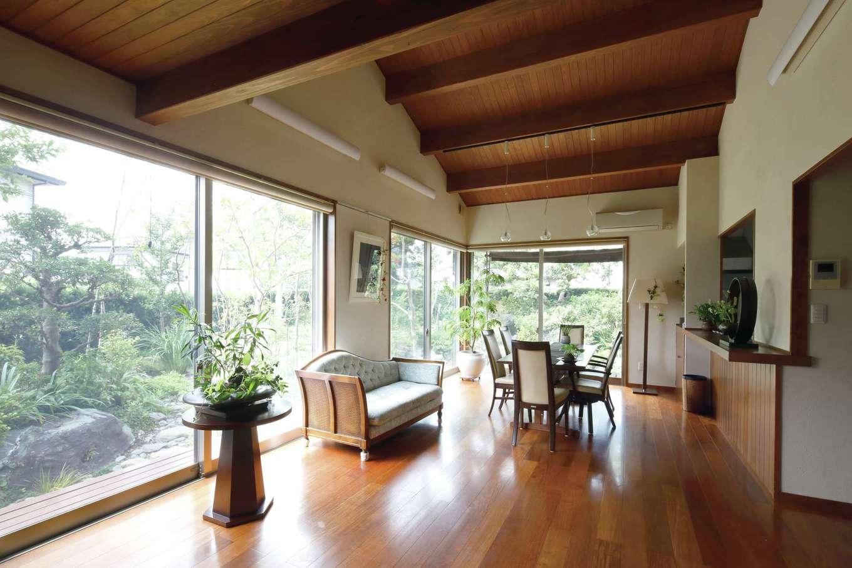 瀧建設 一級建築士事務所【和風、高級住宅、建築家】幅広で長めのカリンを使った床とスギの勾配天井。窓越しに広がる庭さえも取り込んだLDKの大空間は、さらにのびやかに、自然の息吹を感じられる