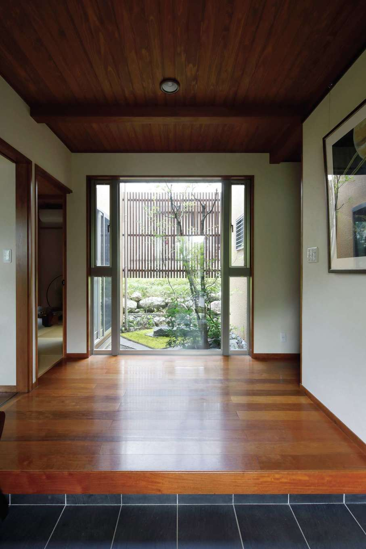 瀧建設 一級建築士事務所【和風、高級住宅、建築家】玄関を入ると、まず目に飛び込んでくる中庭。苔の味わいやモミジの紅葉も楽しめる