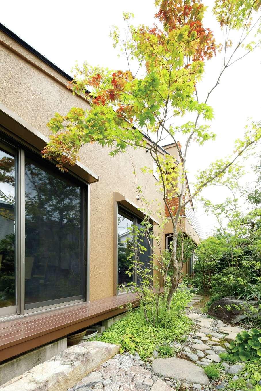 瀧建設 一級建築士事務所【和風、高級住宅、建築家】「木が風にそよぐ景色が好き」とお母さま。リビングに沿ってL字型に配置されたウッドデッキが外と内とをつなぐ