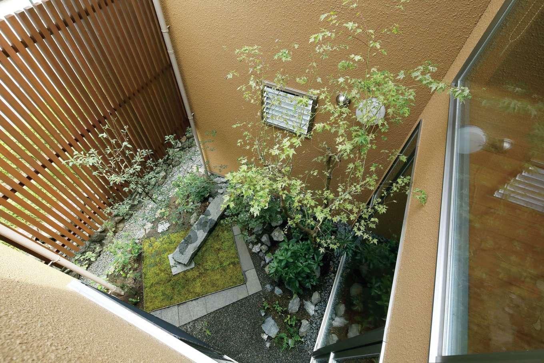 瀧建設 一級建築士事務所【和風、高級住宅、建築家】2階からはまた異なる風情を楽しめる玄関の中庭。夜は敷石のすきまから薄明かりがもれて情緒的