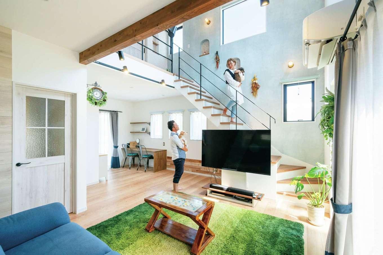 甲静ハウジング【デザイン住宅、趣味、間取り】リビングは大きな吹き抜けに。安心の構造と気密・断熱性の高さから、理想通りの快適な空間を実現した。造作のスタディコーナーに子どもが座る日が楽しみだ