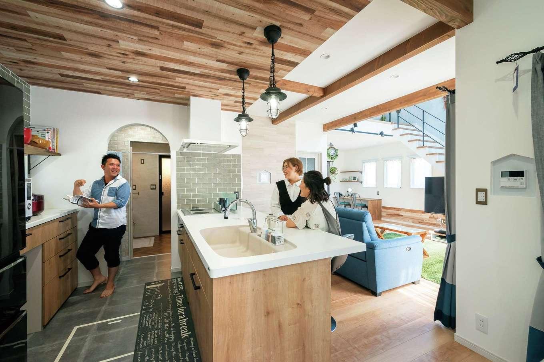甲静ハウジング【デザイン住宅、趣味、間取り】大人数が集まる時にも便利なオープンキッチン。取材当日はお姉さまが遊びにきていた。カウンターは朝食やコーヒーブレイクにぴったり