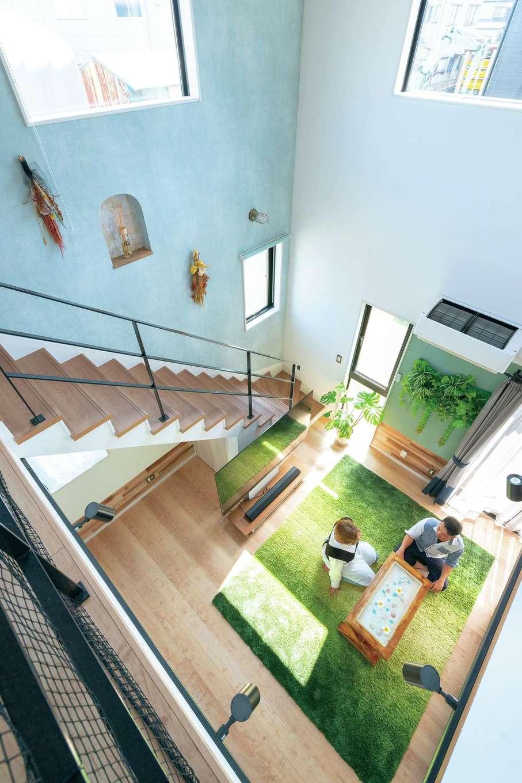 甲静ハウジング【デザイン住宅、趣味、間取り】階段の壁にはアーチ型のニッチを。奥さまのお母さまが手づくりするリースやブーケが空間を彩っている。大きな窓は室内に明るい光を取り込むとともに、抜群の開放感をもたらす