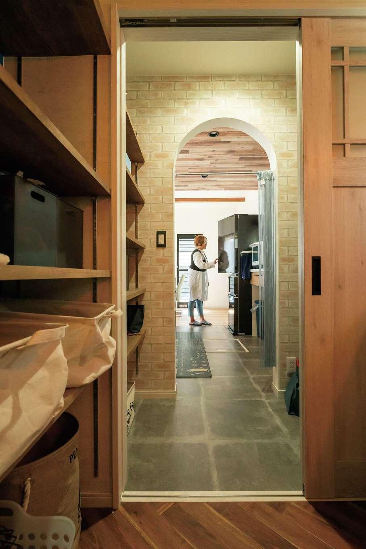 甲静ハウジング【デザイン住宅、趣味、間取り】玄関ホールからも出入りできる洗面脱衣所は、そのままパントリーを抜けてキッチンまで続く。便利な動線とたっぷりの収納に暮らしやすさを実感