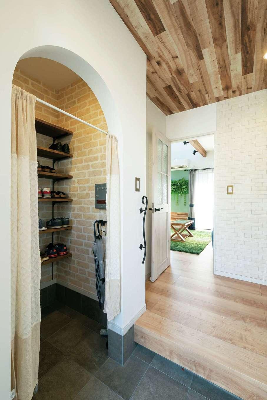 甲静ハウジング【デザイン住宅、趣味、間取り】玄関ホールの天井はキッチンとお揃い。シューズインクローゼットは扉を付けずオープンスタイルに
