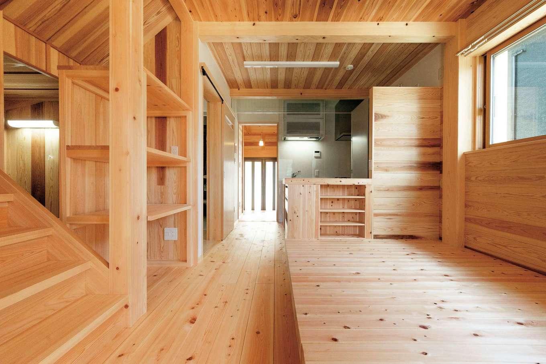 鳥坂建築【和風、趣味、自然素材】床は肌ざわりさわやかで、踏み心地に安心感のある30mm厚のヒノキ。壁や天井にもスギが張られ、心地よく健やかな空間に仕上がった。ご主人が伐採した木も随所に。製材所で挽いたのち、十分に乾燥させた上で使用されている。右手の小上がり部分は、同社の提案で重ねるとベンチに変形。テーブル設置にも対応する