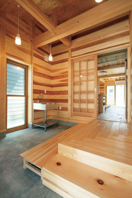 鳥坂建築【和風、趣味、自然素材】玄関は土間仕立て。美しく力強い木組みが印象的