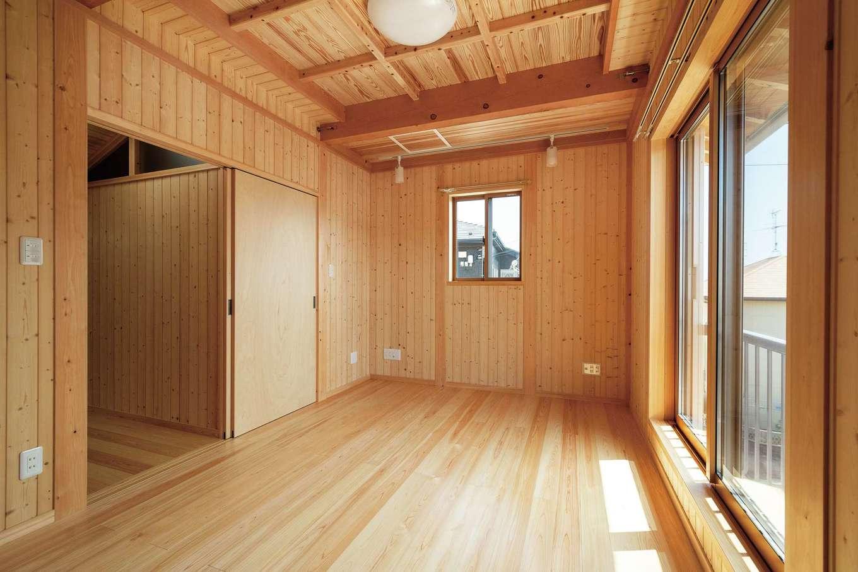 鳥坂建築【和風、趣味、自然素材】寝室も全面無垢で、格天井を採用。スギ張りのウォークインは調湿性も魅力