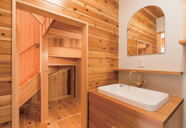 鳥坂建築【和風、趣味、自然素材】水回りも無垢の壁、造作の洗面台でまとめられている。あえて壁を開くことで、階段下のスペースを活かしつつ、広さと明るさがもたらされる