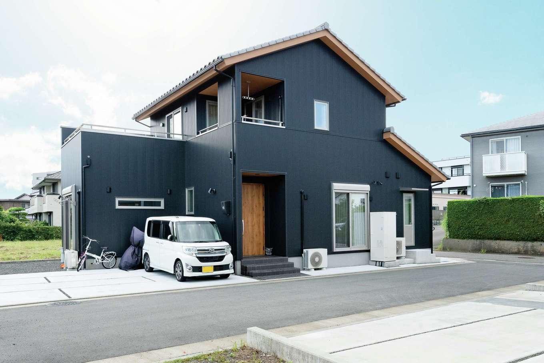 共栄住研【省エネ、間取り、建築家】黒ガルバリウムの外壁に銀いぶしの瓦を乗せたカッコいい外観。1階は各部屋収納付きの2LDKとゆとりのある間取り。4台分の駐車場、庭には菜園も作った