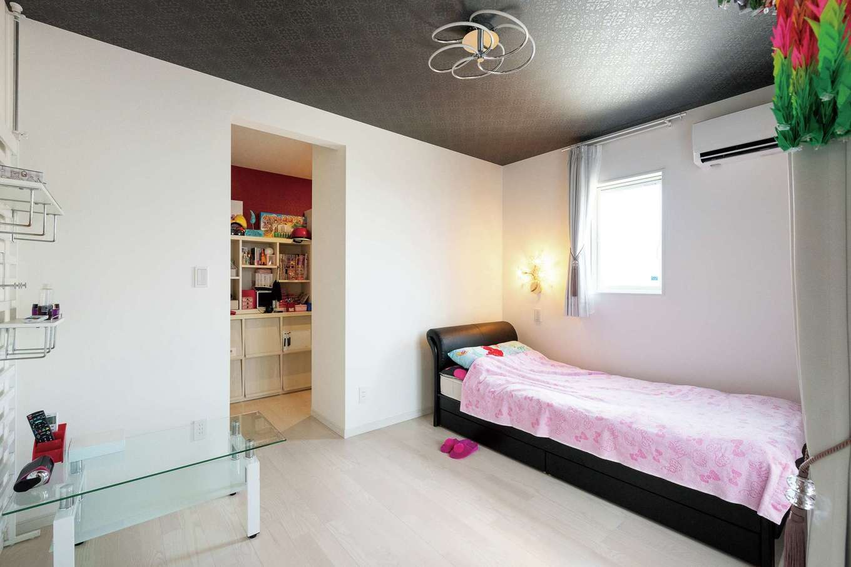 共栄住研【省エネ、間取り、建築家】長女の部屋は、白を基調にしスッキリとした印象。クローゼットの中にはアクセントクロスを採用