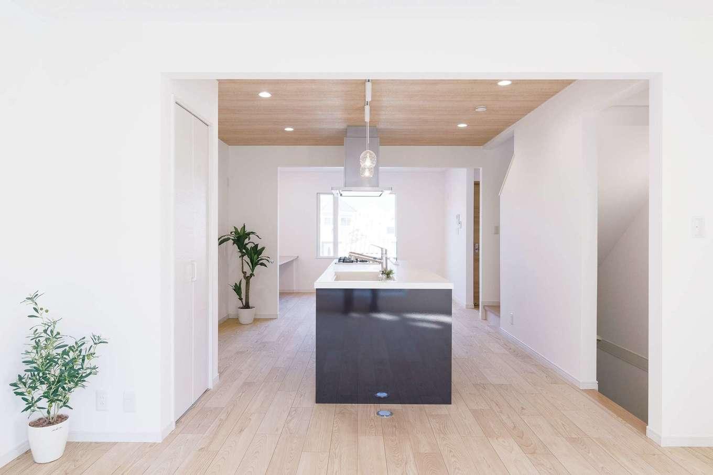 アイワホームサービス【デザイン住宅、間取り、屋上バルコニー】2階のLDKはアイランドキッチンを中心に。手前はリビング、奥がダイニングスペースとなる。南北に大きな窓を設け、空間に明るさと広がりが生まれた