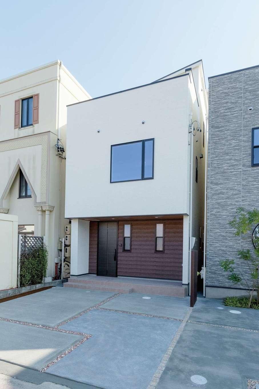 アイワホームサービス【デザイン住宅、間取り、屋上バルコニー】3LDKの3階建て住宅。外観は、シンプルで飽きのこないデザイン。住宅密集地でも駐車場はゆとりの2台分