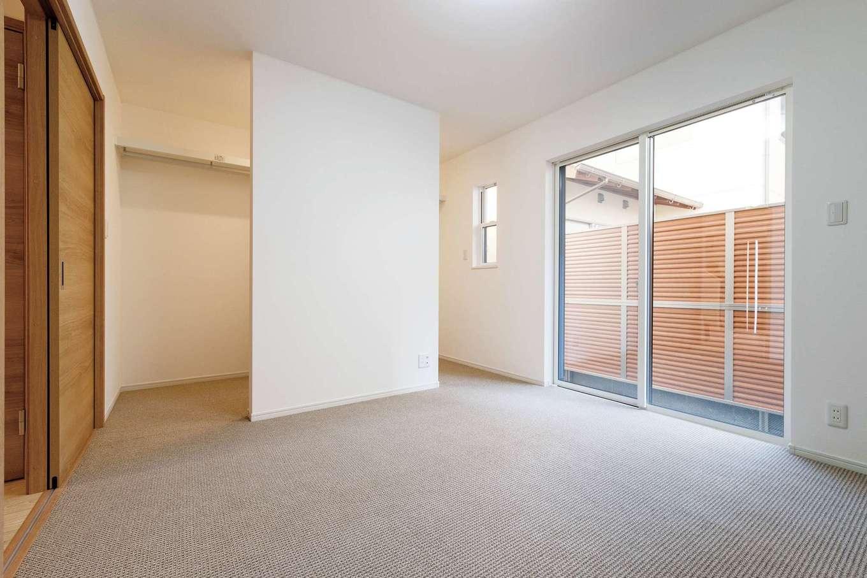 アイワホームサービス【デザイン住宅、間取り、屋上バルコニー】1階にある寝室。ウォークスルータイプのクローゼットが便利