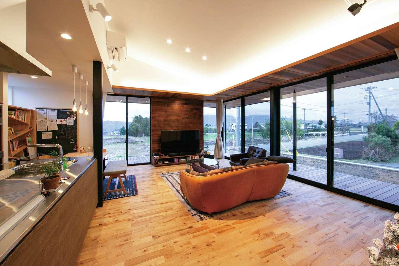 TENアーキテクツ 一級建築士事務所【デザイン住宅、建築家、平屋】大きな窓越しに視線が抜けていくLDK。外と中が曖昧につながり、より開放的な雰囲気に。間接照明の淡い光が壁に反射して生まれる陰影に心が癒やされる。肌触りのいい無垢の床の経年変化も楽しみ