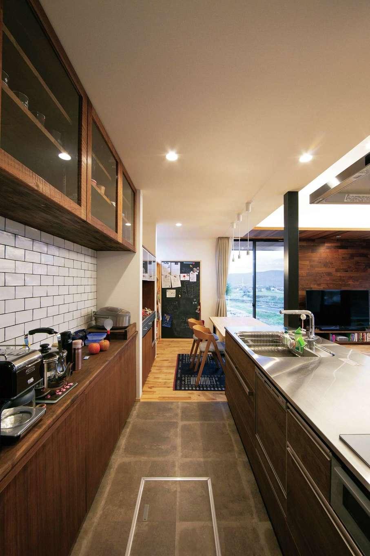 TENアーキテクツ 一級建築士事務所【デザイン住宅、建築家、平屋】家族と会話を楽しみながら料理できるキッチンは高級感あふれる「セントロ」を採用。サブウェイタイルはご主人がセレクトした