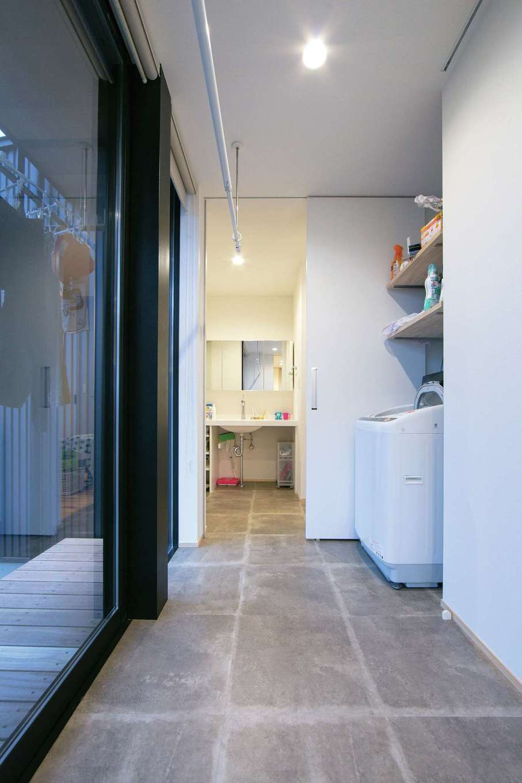 TENアーキテクツ 一級建築士事務所【デザイン住宅、建築家、平屋】室内干しもよく乾くランドリールーム。一直線につながる動線が便利