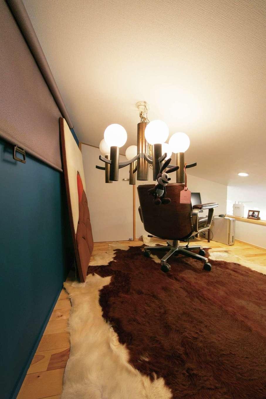 TENアーキテクツ 一級建築士事務所【デザイン住宅、建築家、平屋】階段を上がった先にはご主人が書斎として使うロフトが。ベンジャミンムーアのブルーの塗り壁がアクセントになっている