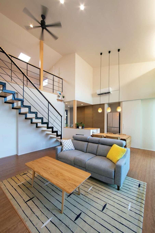 TENアーキテクツ 一級建築士事務所【デザイン住宅、間取り、建築家】大開口から燦々と光が降り注ぐLDK。白を基調とした空間に黒いアイアンがアクセント
