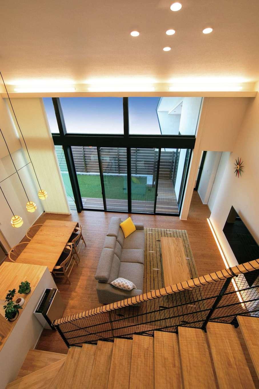 TENアーキテクツ 一級建築士事務所【デザイン住宅、間取り、建築家】ダイナミックな吹抜けの大空間・大開口リビング。視界がタテ・ヨコに伸びるため、実面積よりも広く感じられる