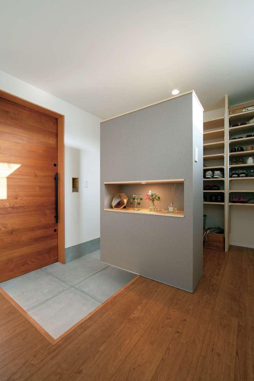 TENアーキテクツ 一級建築士事務所【デザイン住宅、間取り、建築家】バイクガレージから直結する玄関ホール。収納も充実