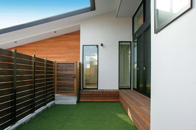 TENアーキテクツ 一級建築士事務所【デザイン住宅、間取り、建築家】外からの視線を遮りながらBBQや子どものプールを楽しめる庭