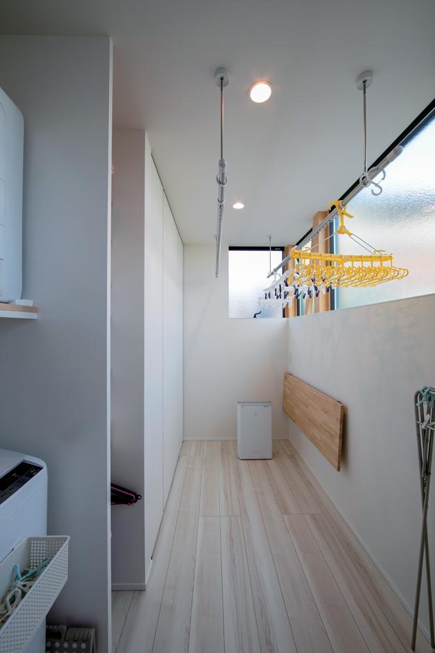 TENアーキテクツ 一級建築士事務所【デザイン住宅、間取り、建築家】干す・たたむ・収納に十分な広さのあるランドリールーム。奥さまのストレスが軽減された