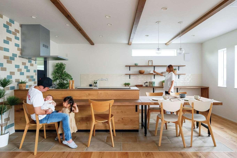 KureKen 榑林建設【デザイン住宅、省エネ、間取り】ナチュラルさも、使い勝手も、つながり感もイメージ通り。オープンな雰囲気が生まれるよう「高い収納はやめました」と奥さま。水や汚れが気になる部分にはタイルが敷かれた