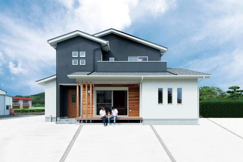 KureKen 榑林建設【デザイン住宅、省エネ、間取り】外壁はモルタル下地に2色の吹き付け塗装。洗練とほどよい味わいが調和する