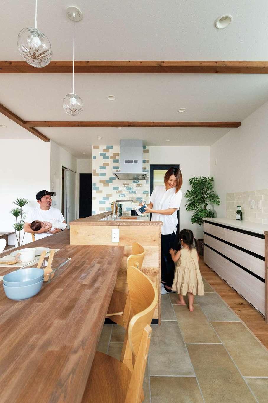 KureKen 榑林建設【デザイン住宅、省エネ、間取り】ダイニングから青い扉の向こうのパントリーまで、一直線の動線が家事ラクに貢献。カウンターと高さをそろえた造作テーブルは移動も可能で、用途に応じてアレンジできる
