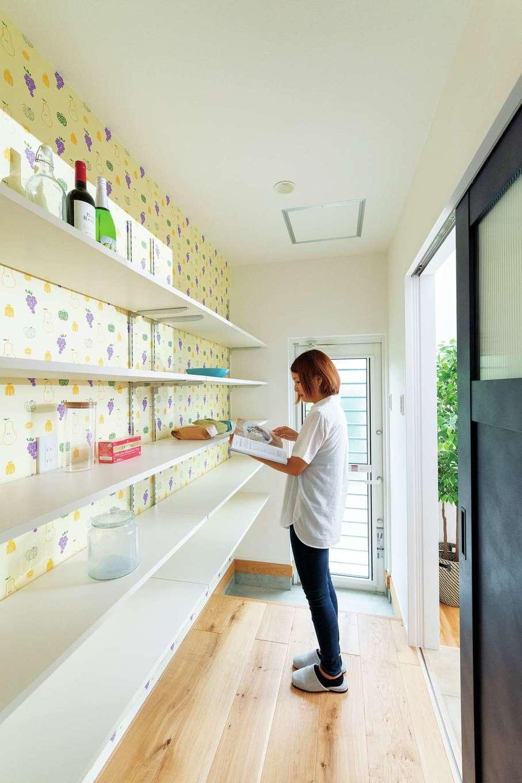 KureKen 榑林建設【デザイン住宅、省エネ、間取り】使いやすくて容量もたっぷりなパントリー。野菜と果物のクロスで楽しい雰囲気に