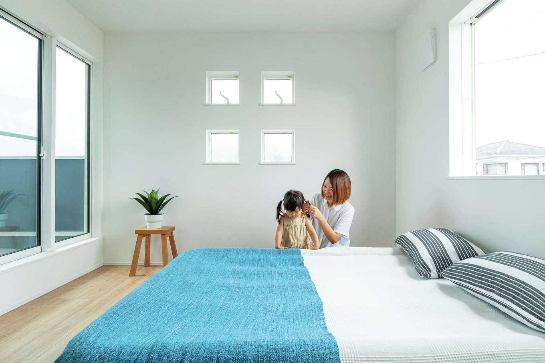 KureKen 榑林建設【デザイン住宅、省エネ、間取り】2階の各部屋はシンプル&スタイリッシュ。寝室にはカウンターとウォークインを用意