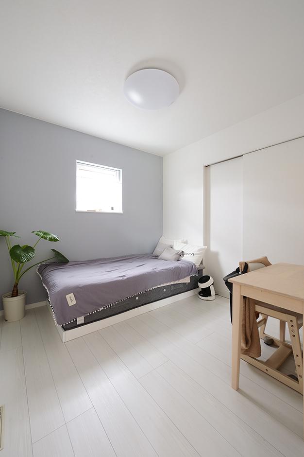 アイ・ランド【二世帯住宅、省エネ、間取り】キッチンに一番アクセスしやすい位置にある、奥さまの寝室。シンプルな空間が安眠を誘う。奥には広めのウォークインクローゼットも