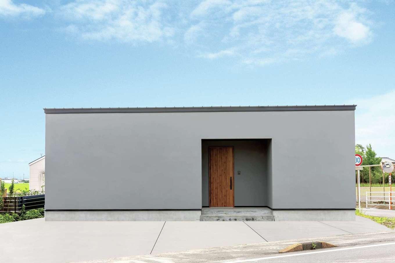 ティアラホームスタイル【デザイン住宅、子育て、平屋】ふと通りかかっただけでも思わず目に止まるデザイン性の高い外観。窓がないイコール防犯性も高い