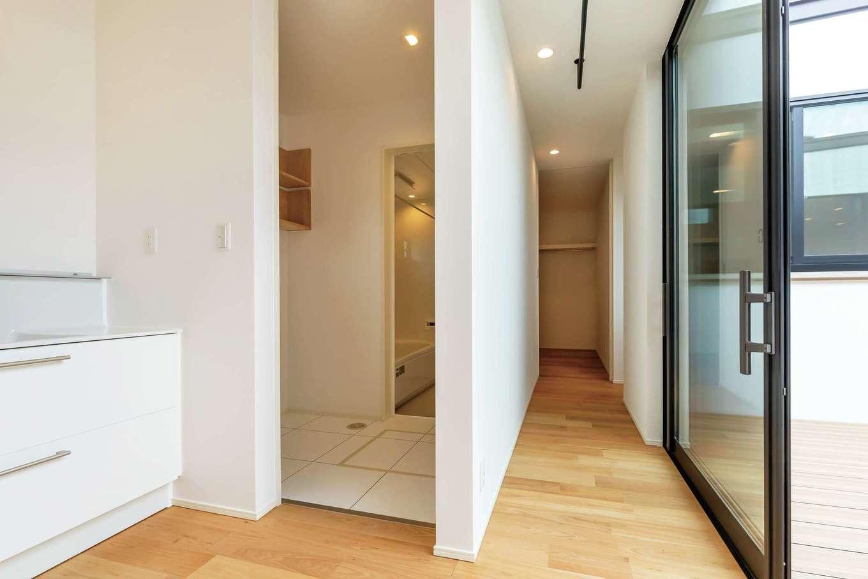 ティアラホームスタイル【デザイン住宅、子育て、平屋】脱衣所を別に設け、洗面室はドアなしで広く。洗濯したら最短動線で中庭に干せる