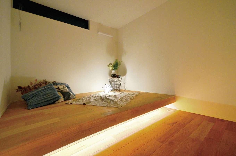 ティアラホームスタイル【デザイン住宅、子育て、平屋】寝室は小上がりの床に布団を敷くスタイル。間接照明にはリラックス効果も