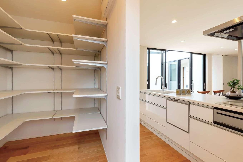 ティアラホームスタイル【デザイン住宅、子育て、平屋】キッチンの後ろには大容量のパントリー。使う場所に集約した収納がシンプルに暮らす秘訣のひとつ