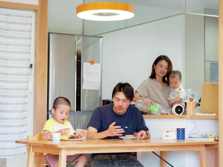 アクトホーム(木の住まいづくり研究所)【自然素材、省エネ、間取り】キッチンとダイニングテーブルが一直線に結ばれているので、配膳や片付けがスムーズに