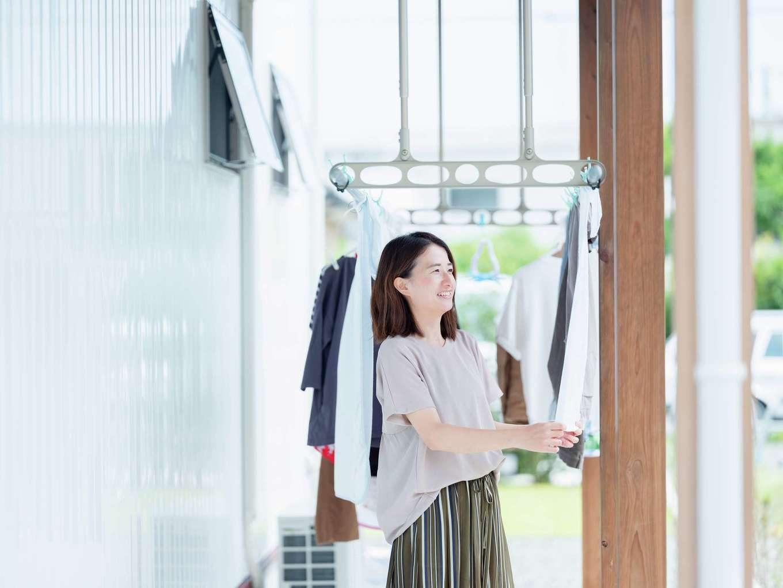 アクトホーム(木の住まいづくり研究所)【自然素材、省エネ、間取り】玄関側から洗濯物が見えないよう配慮された物干しテラス。水回りをまとめた動線が家事ラクに貢献