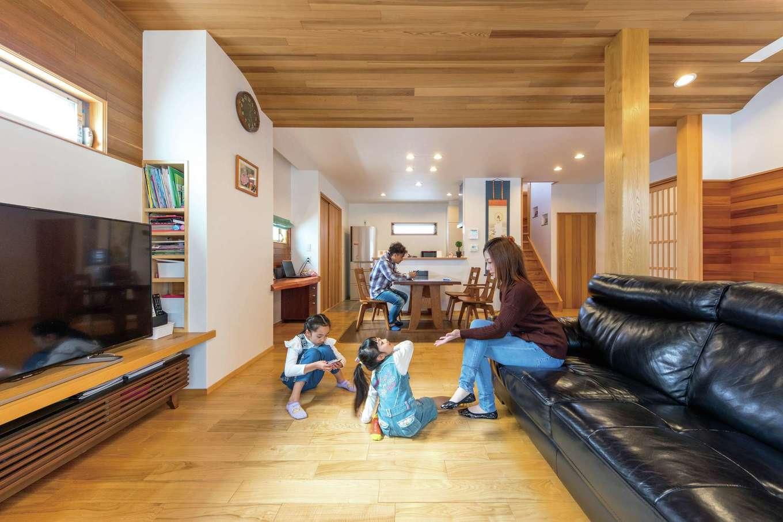 櫻 工務店【和風、自然素材、間取り】キッチンからリビングまで仕切りがなく、ダイナミックに続く大空間。「開放感が感じられるように、天井は通常よりも高くしてもらいました」とご主人。スギ板張りの天井は、アールを描くような形状にして変化をつけた。太い柱と同様に、フローリングも明るい色味のクリ材に