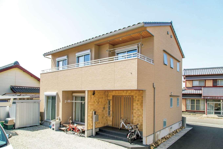 櫻 工務店【和風、自然素材、間取り】南東向きで日当たり良好の立地。玄関まわりは木目調のサイディングに