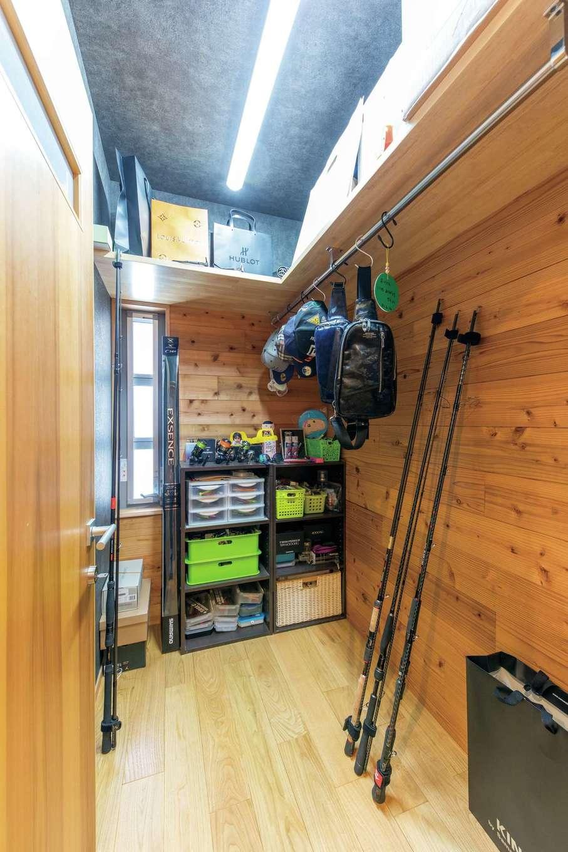 櫻 工務店【和風、自然素材、間取り】玄関横にはご主人念願の釣り道具部屋が