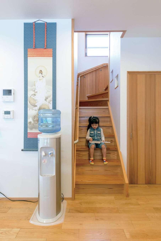 櫻 工務店【和風、自然素材、間取り】階段まわりも収納として有効活用。段板はケヤキ材