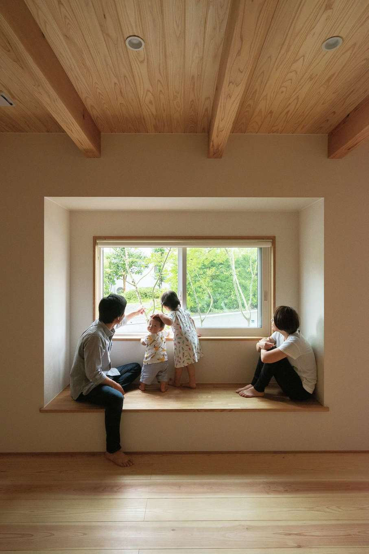 仲田工務店【子育て、自然素材、省エネ】リビングにはあえてソファーを置かず、ベンチでゆったりと。サルスベリやモミジなど、自然を取り入れた風景がまるで1枚の絵画のよう