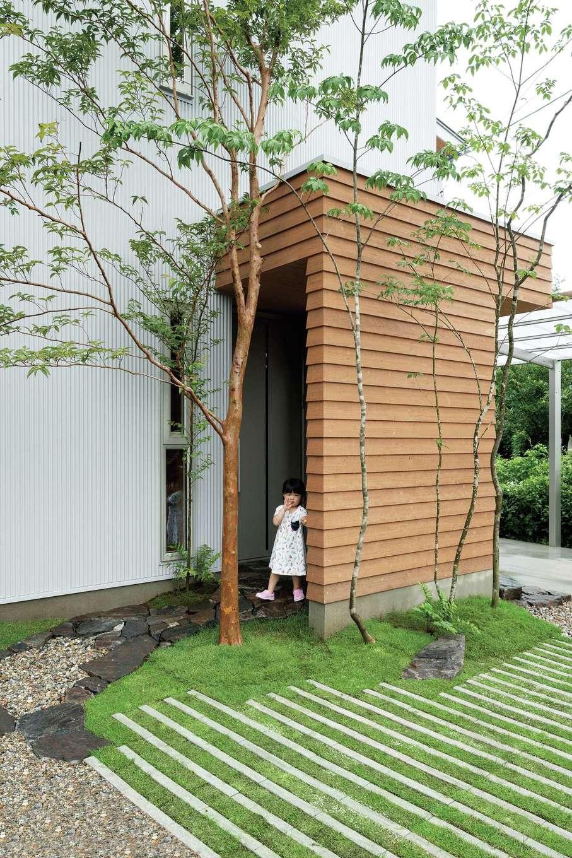仲田工務店【子育て、自然素材、省エネ】玄関を囲う木はスギの鎧張り。雨水を切るとともに、外観のアクセントにもなっている