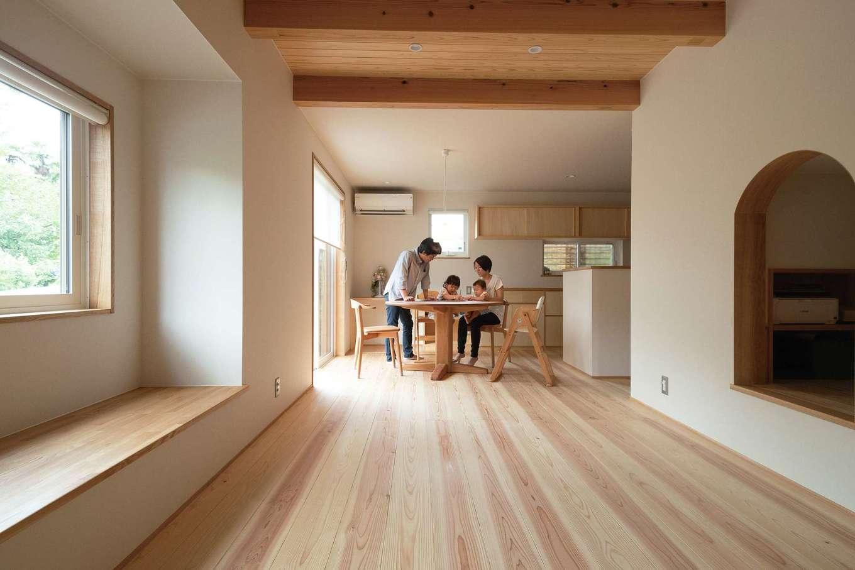 仲田工務店【子育て、自然素材、省エネ】無垢の床が心地よく、家族全員裸足で過ごしているそう。ヤマザクラのテーブルとレッドオークの椅子もオリジナル製作した。ZEH基準を超える高い断熱性のLDK(17畳)は、8畳用のエアコン1台で快適な温度をキープ